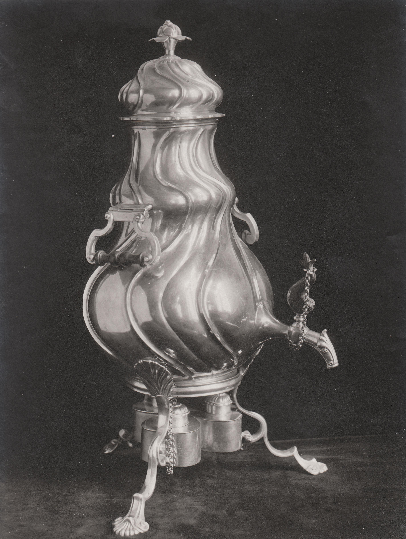 Familien_von_Kroghs_tevarmer_i_sølv_The_family_von_Kroghs_silver_samovar_(1897)_(2747152754).jpg